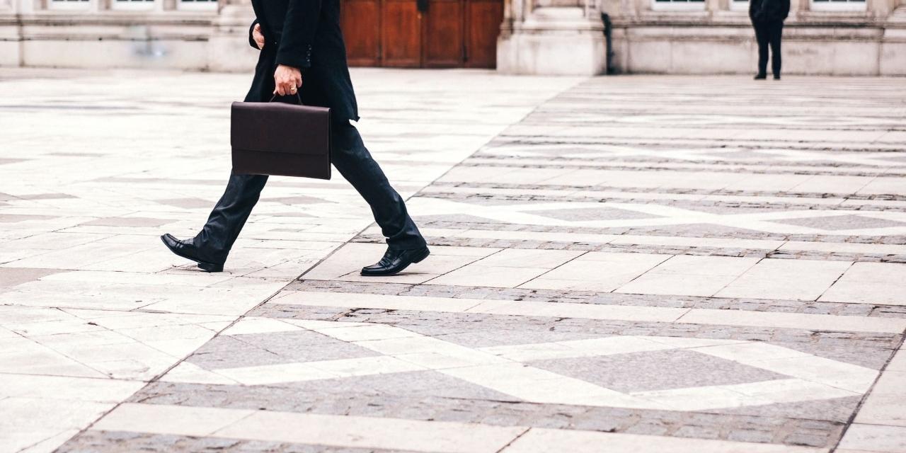 Mann mit Aktenkoffer