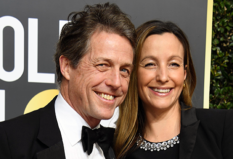 Hugh Grant und Anna Eberstein lachen