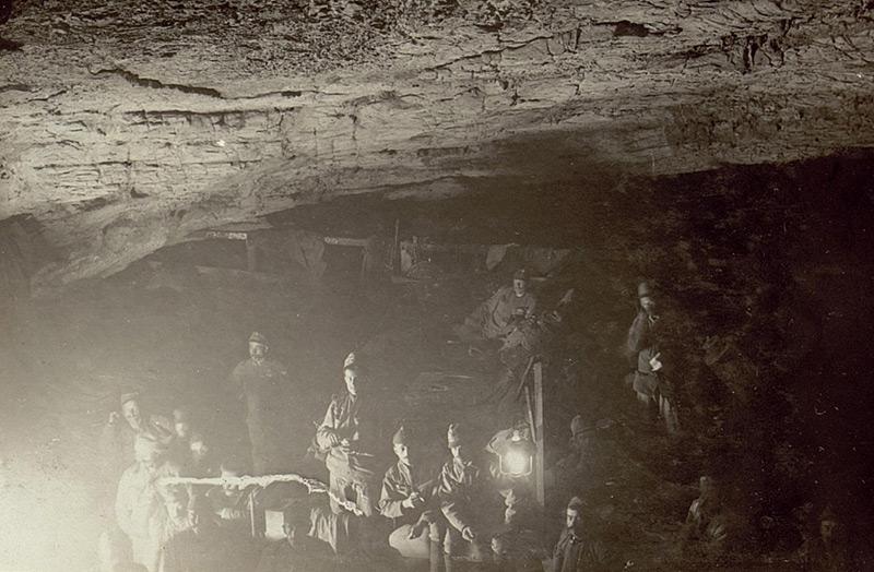 Österreichische Soldaten suchen im Ersten Weltkrieg bei einer Isonzoschlacht Schutz in einer Höhle