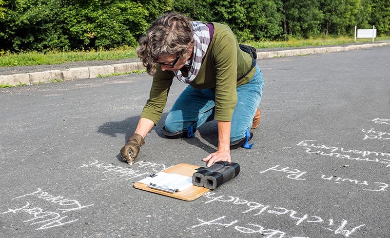 Kunst-Aktionen von Rabow am Carachoweg in der Gedenkstätte Buchenwald im Jahr 2013