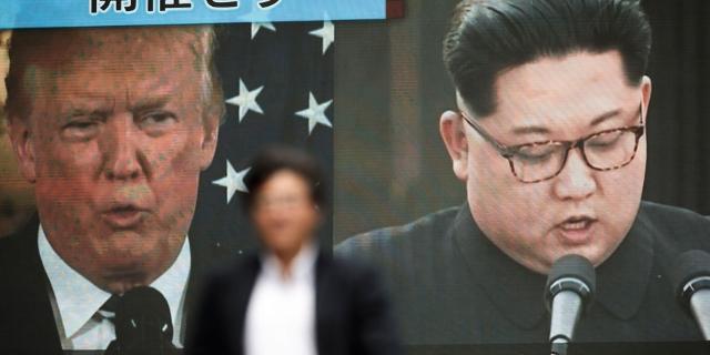 Trump und Kim auf einem riesigen Bildschirm in Tokyo