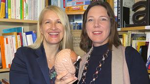 Claudia Stöckl und Katharina Turecek lachen