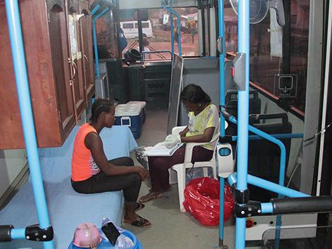 Ein umgebauter Bus dienst als Anlauf- und Informationsstelle für Straßenkinder in Sierra Leone