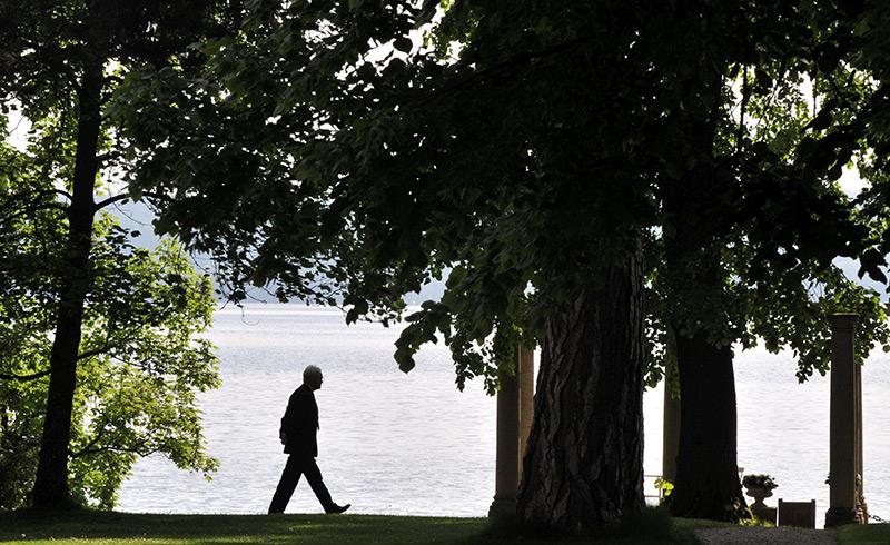 Spaziergänger an einem Seeufer