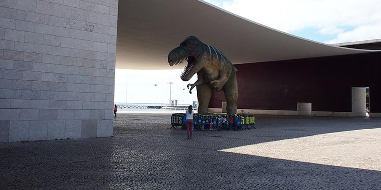 Dino-Rekonstruktion, davor ein Mensch