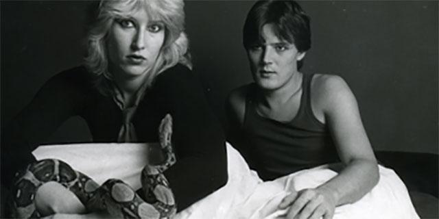 Paar im Bett mit Schlange