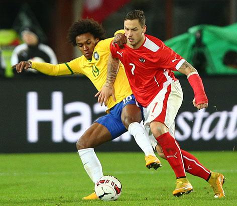 Marco Arnautovic 2014 mit Handschiene beim Freundschaftsspiel Österreich gegen Brasilien in Wien /  Arnautovic kämpft mit William um den Ball