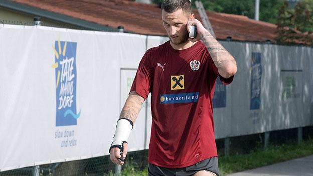 Marco Arnautovic mit Handschiene