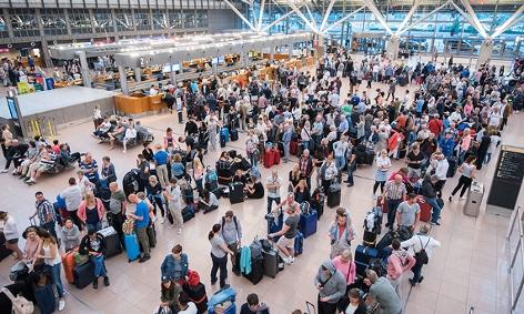 Reisende warten im Helmut-Schmidt-Airport Hamburg.