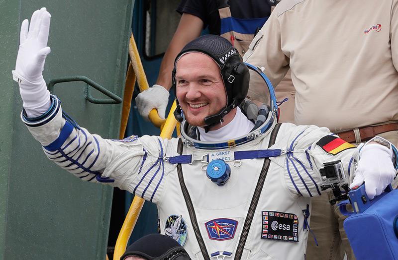 Astronaut Alexander Gerst winkt