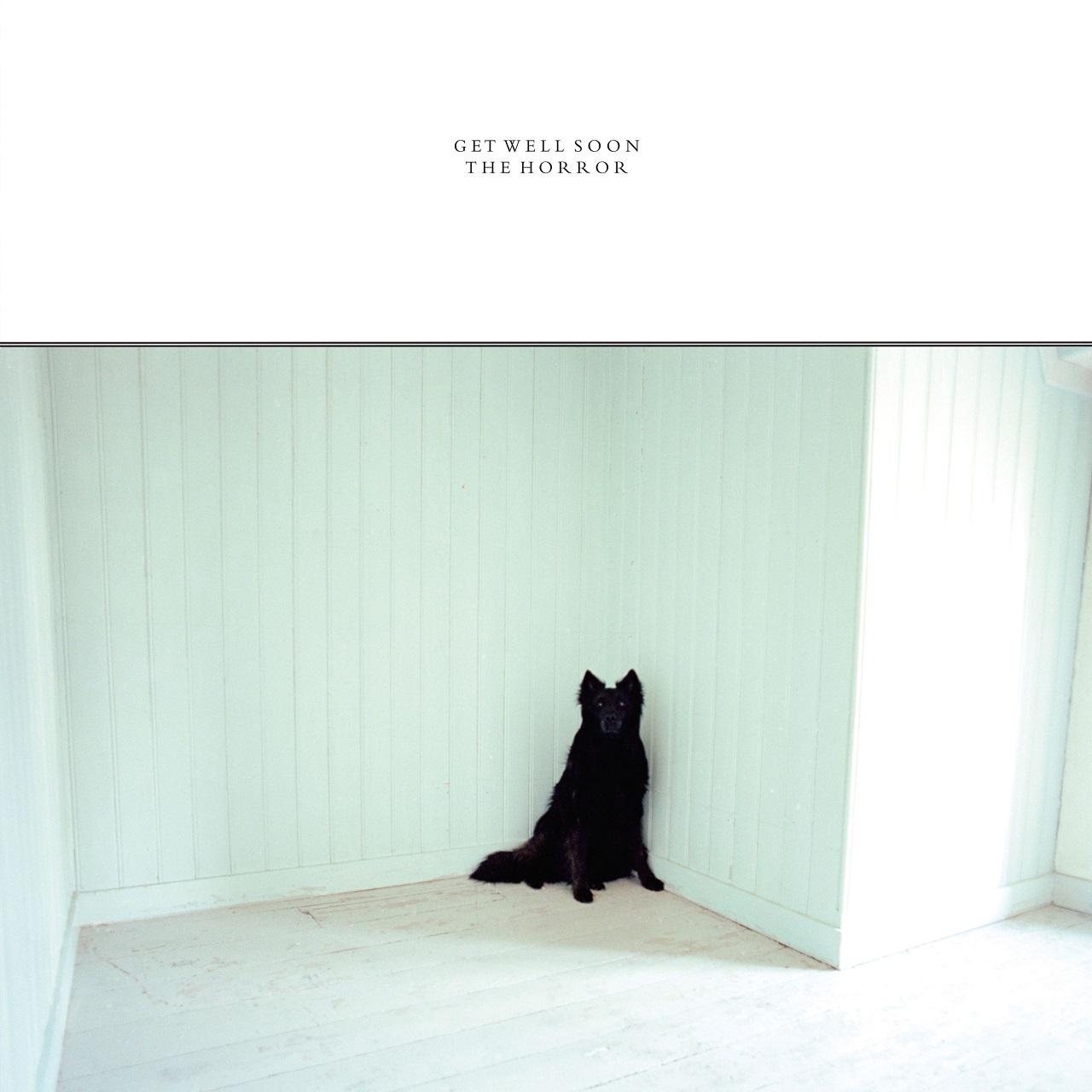 """Albumcover get Well Soon """"The Horror"""" schwarzer Hund in weißem Zimmer"""