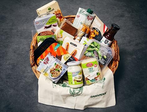 Einkaufskorb mit Veggie-Produkten
