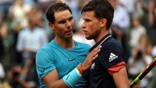 Nach der Finalniederlage tröstet Sieger Rafael Nadal seinen Gegner Dominic Thiem bei den French Open in Paris