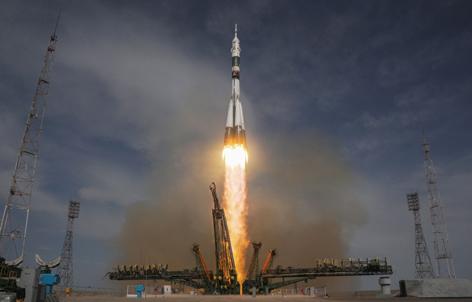 Start der Sojus-Rakete von der Erde Richtung Internationale Raumstation ISS
