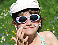 Mädchen mit Sonnenbrille und Kappe