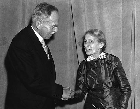 Händeschütteln: Otto Hahn und Lise Meitner im Jahr 1953
