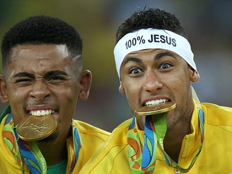 Die brasilianischen Fußballer Gabriel Jesus (li.) und Neymar (re.) bei der Siegerehrung der olympischen Speile 2016 in Rio de Janeiro