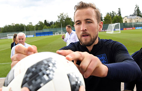Harry Kane signiert Ball