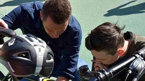 Lehrer und Schüler werken am E-Bike
