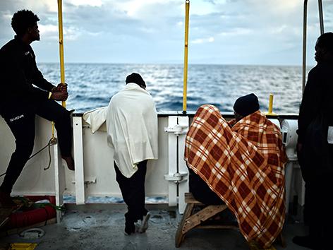 """Flüchtlinge an Deck des Schiffs """"Aquarius"""""""
