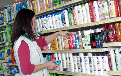 Frau schlichtet Regale in einem Supermarkt