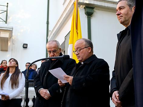 Die päpstlichen Sonderermittler im Missbrauchsfall in Chile bei einer Pressekonferenz: V. l. n. r.:  Nuntius Ivo Scapolo, Erzbischof Charles Scicluna, Gesandter Jordi Bertomeu