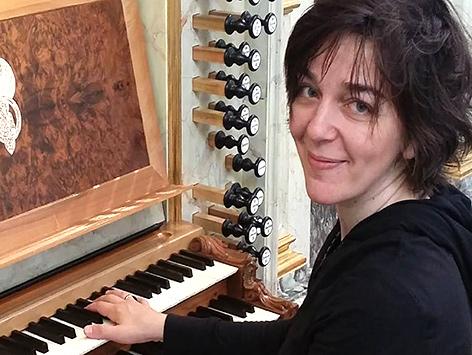 Organistin Erzsebet Windhager-Gered an der Lenter-Orgel in der Lutherischen Stadtkirche in Wien