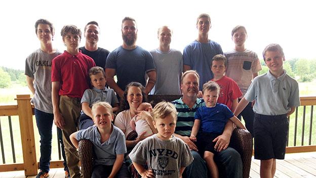 Familienfoto: Kateri Schwandt mit ihrem Mann und den 14 Söhnen