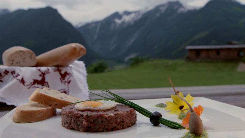 Hirschtartar mit Rosmarin-Olivenbaguette