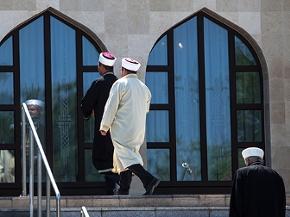 Imame betreten das Islamische Zentrum in Wien-Floridsdorf