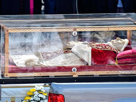 Der Leichnam von Papst Johannes XXIII. in einem Glassarg
