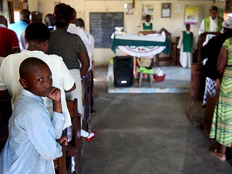 Sonntagsmesse in einer katholischen Kirche in Suswa, Kenia