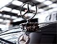 Ein Mercedes-Stern an einem Oldtimer