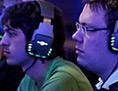 Zwei junge Männer spielen online ein Spiel