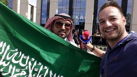 Ö3-Sportreporter Daniel Kulovits mit saudischem Fan