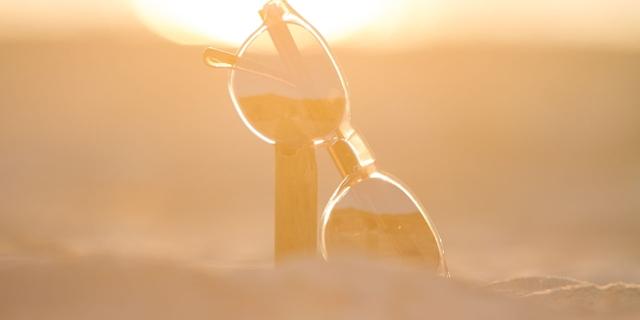 Sonnenbrille im Sand