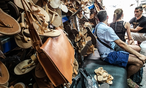 Touristen in einem Lederwarengeschäft