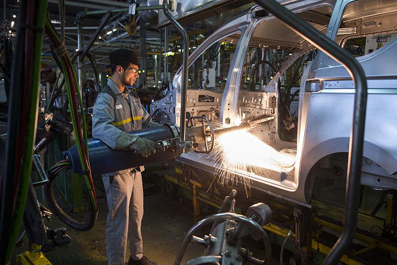 Ein Schweißer in einer Autofabrik