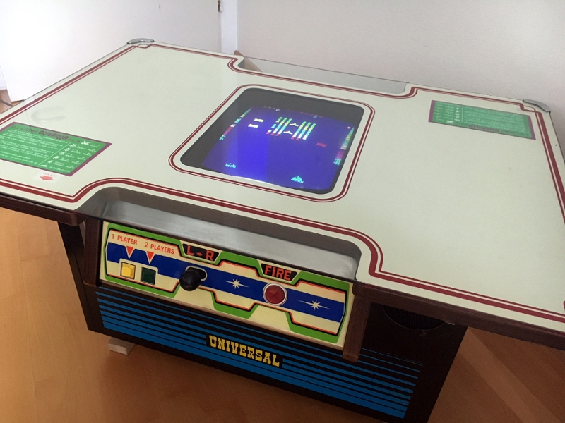 "Videospielautomat ""Cosmic Guerilla"" im Tischformat"