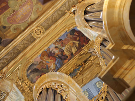"""Orgel der Jesuitenkirche in Wien im """"goldnenen Licht"""""""
