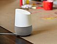 Google Home Gerät auf einem Tisch