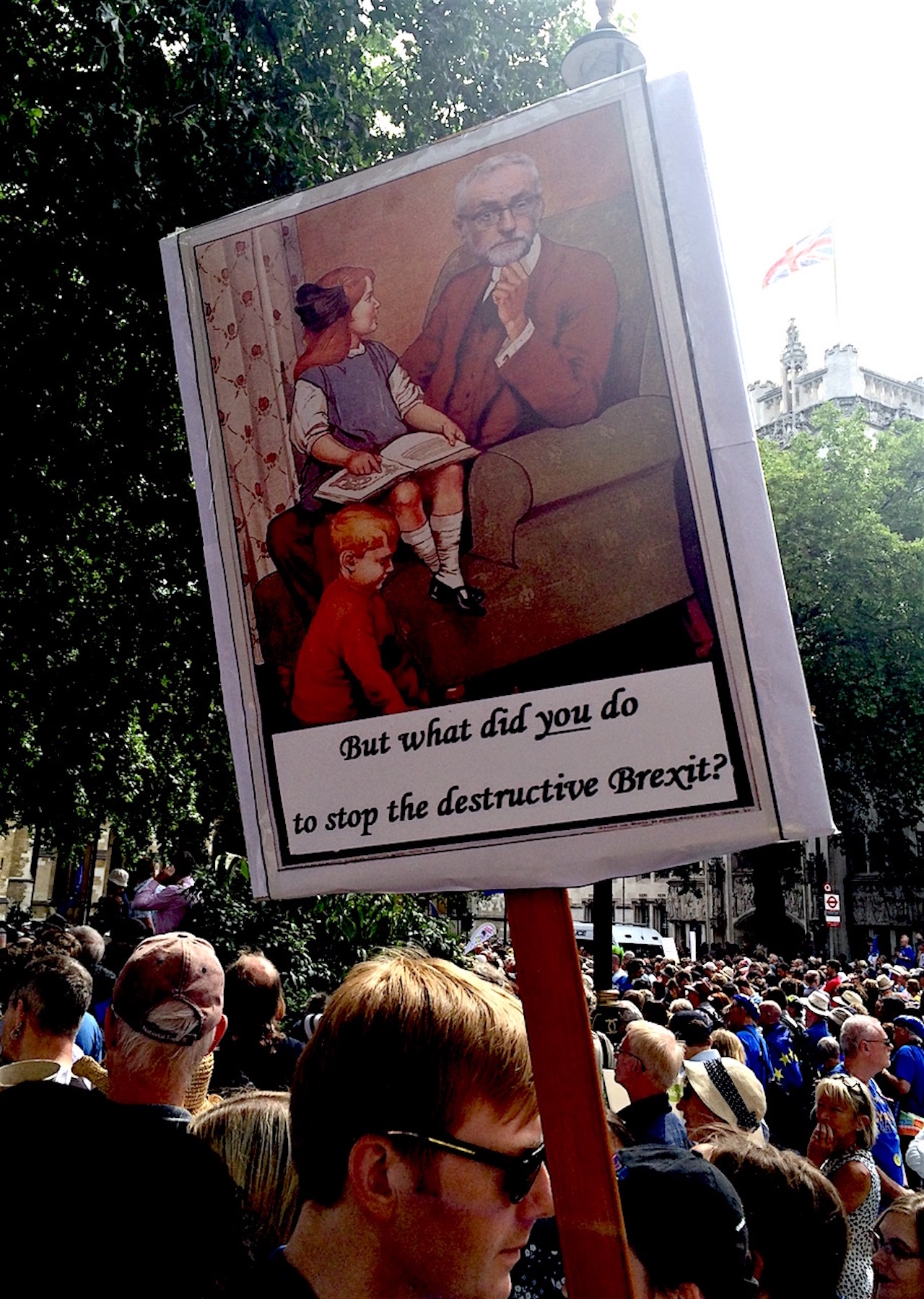 "Demonstrant hat ein Plakat mit einem Bild von Jeremy Corbyn ""But what did you do to stop the destructive Brexit?"""
