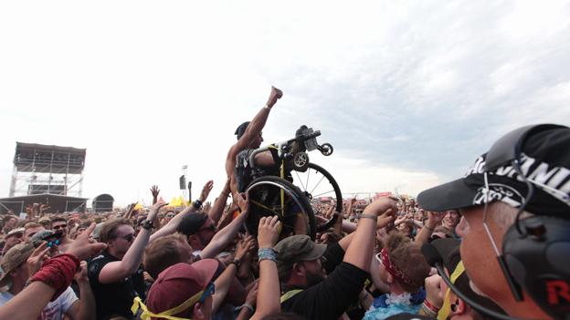 Crowdsurfen im Rollstuhl: Beim Nova Rock ist alles möglich