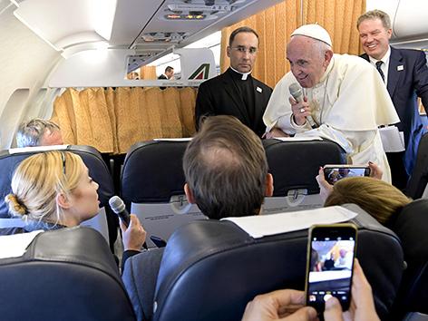 Papst Franziskus auf dem Heimflug von Genf