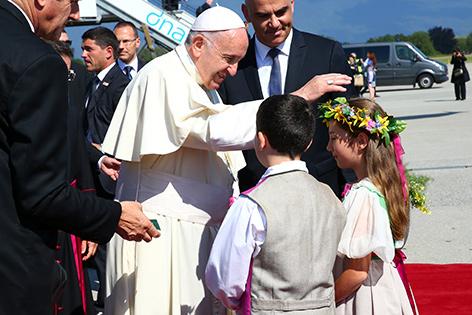 Papst Franziskus wird in Genf (Schweiz) von Kindern und Präsident Alain Berset begrüßt