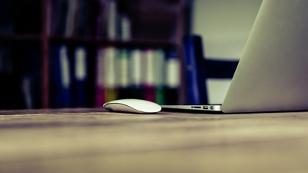 Laptop und Handy am Arbeitsplatz