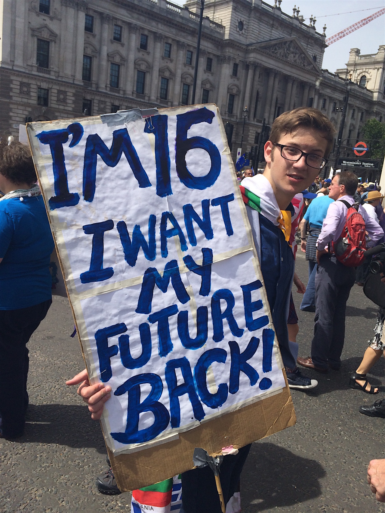 "Jugendlicher hält Plakat ""I'm 16 and I want my future back"""