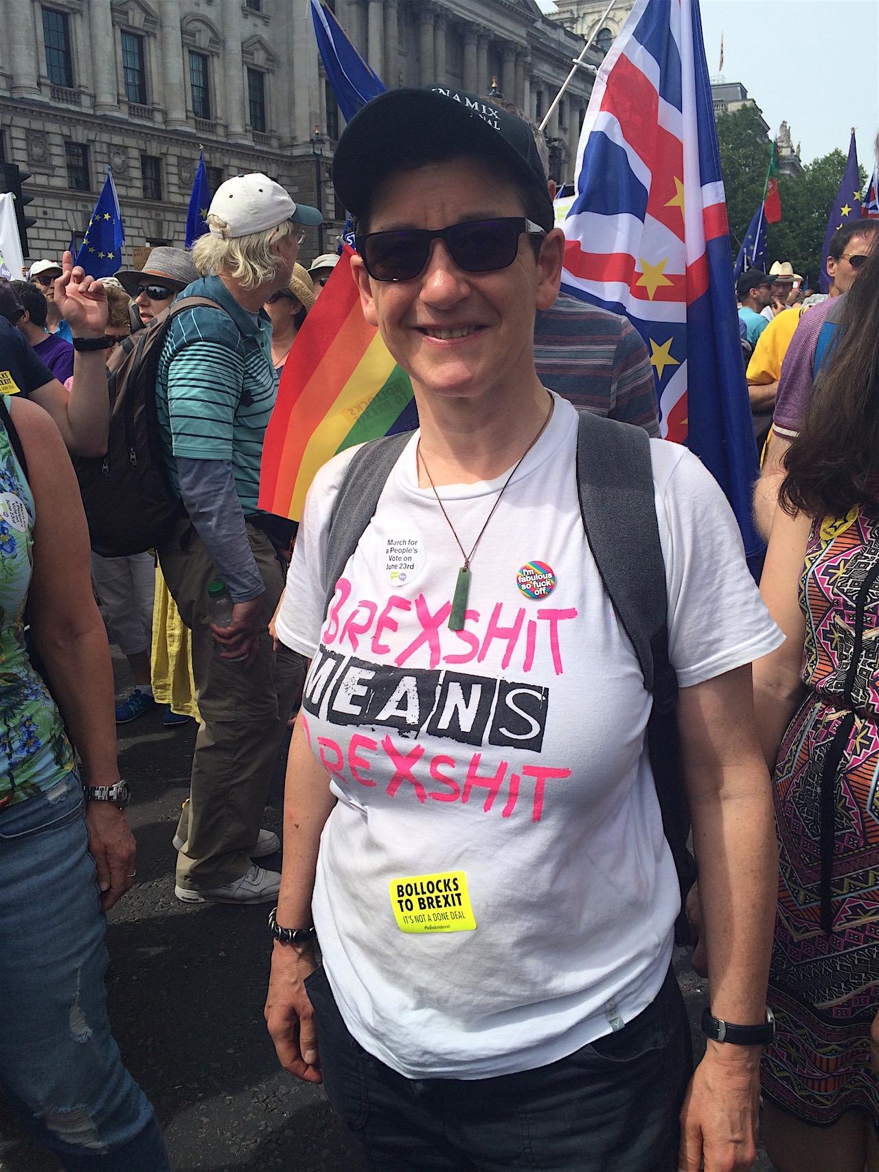 """Frau trägt ein T-Shirt mit der Aufschrift """"Brexshit is Brexshit"""""""