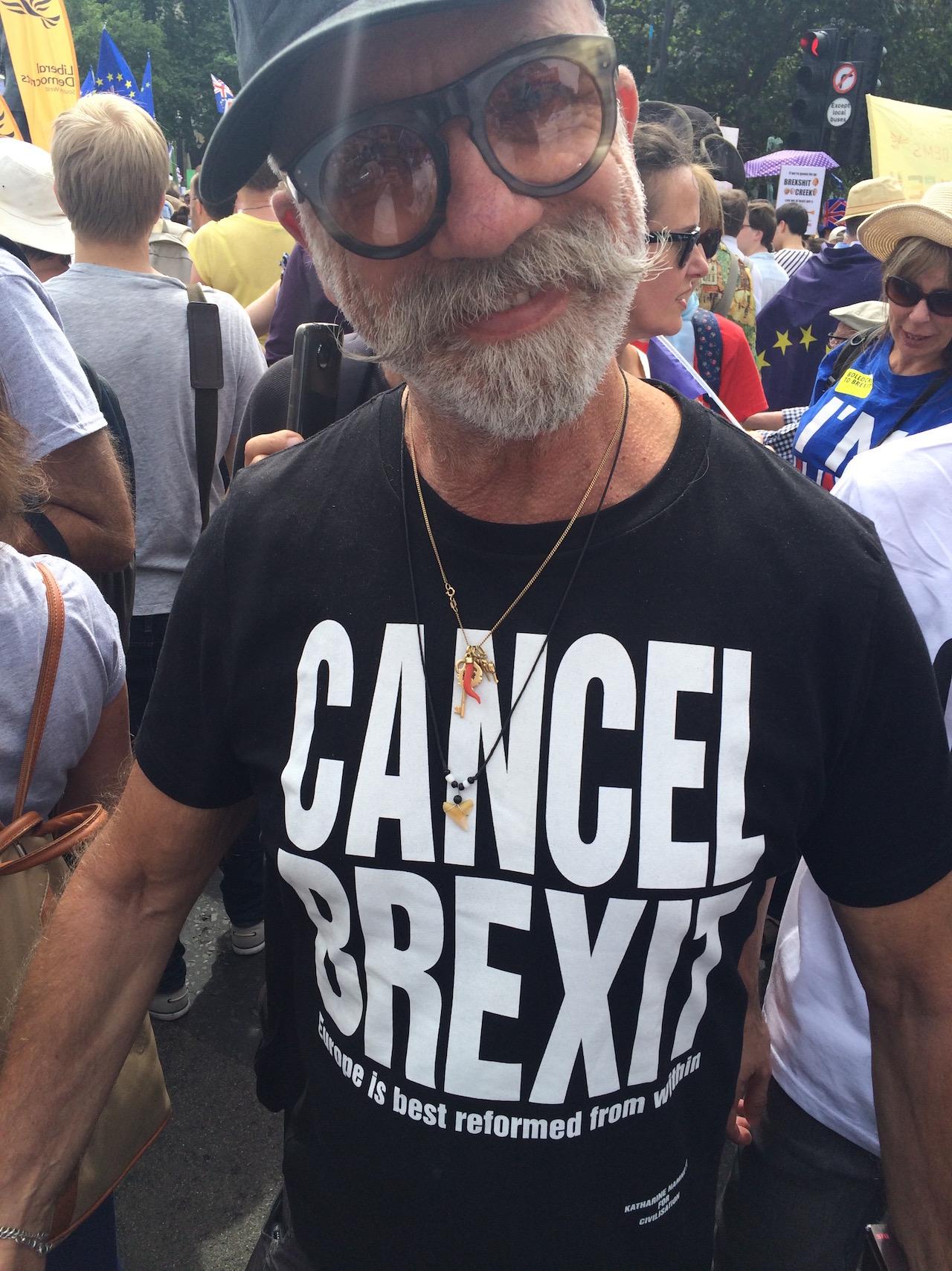 """Mann trängt ein T-Shirt von Katharine Hamnett mit der Aufschrift """"Cancel Brexit"""""""