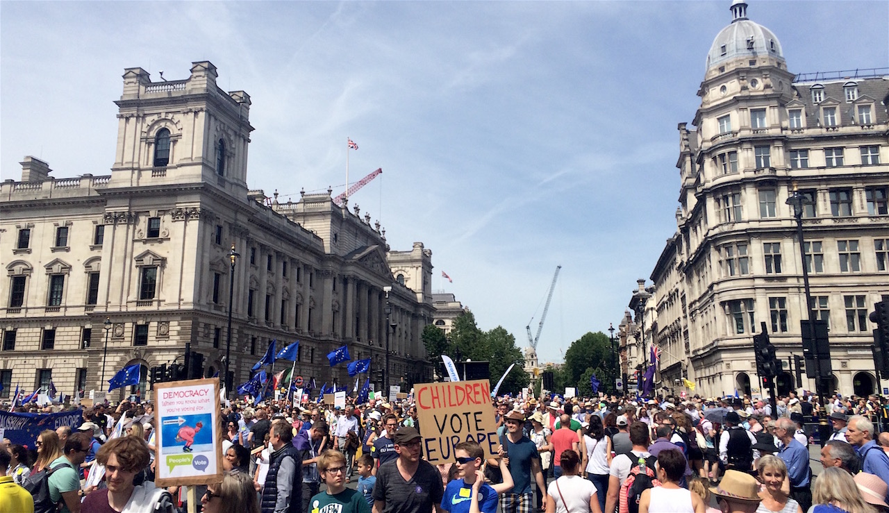 Die Menge vor dem Parliament Square